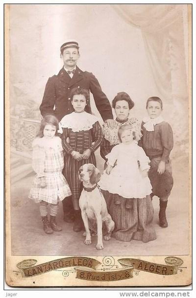 Почтальон с семьей из Алжира