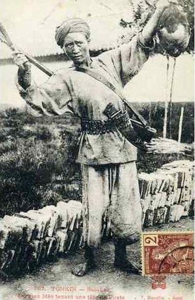 партизан мео держит голову пирата