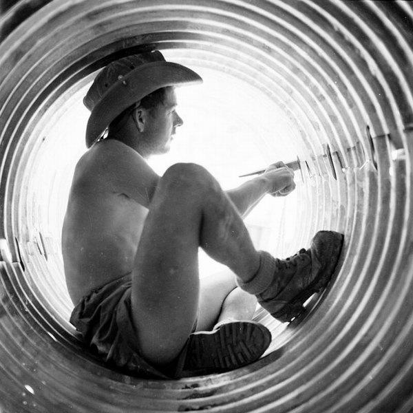 Солдат из 50 инж бат собирает части трубы июнь 1956 Гайан