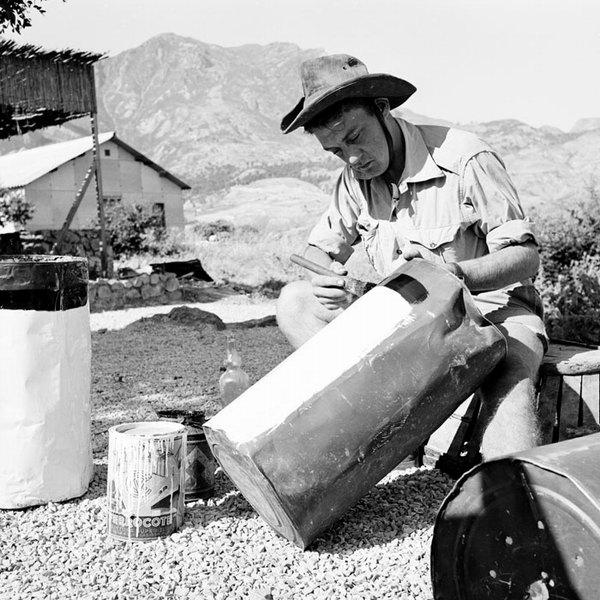 Солдат красит километровые столбы июнь 1956 Гайан