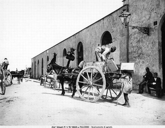 2 мужчины грузят ящики с овощами в покозку 1915 1016 Флоренция, братья Алинари