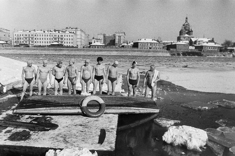 лены спорт клуба Торпеда купаются при -20