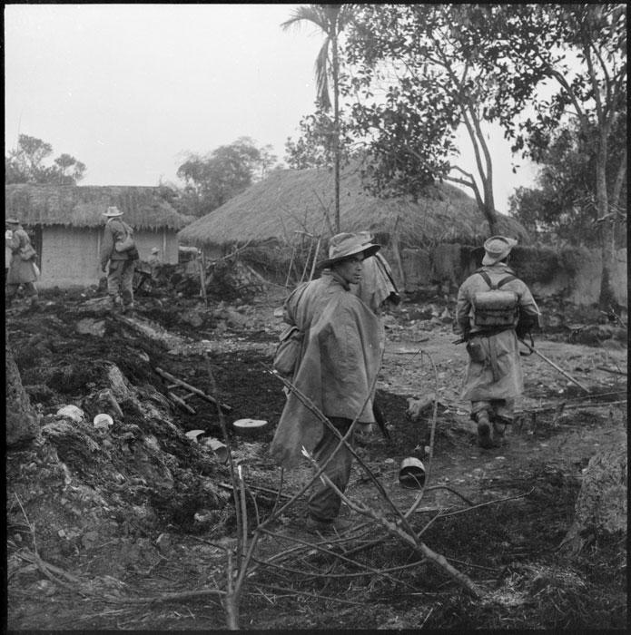 Алжирские стрелки 1 полка алж стр продвигаются в деревню Ап Ван Лонг янв 1951.jpg