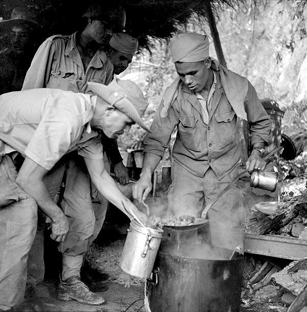 Мароканские стрелка готовят кускус Тонкин 1951.jpg