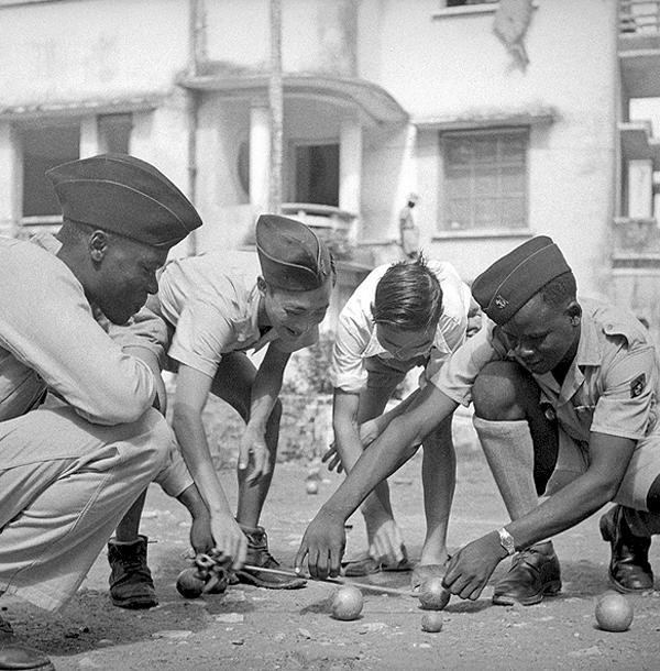 Партия в петанк между вьетнамцами и стрелками Тонкин 1951.jpg