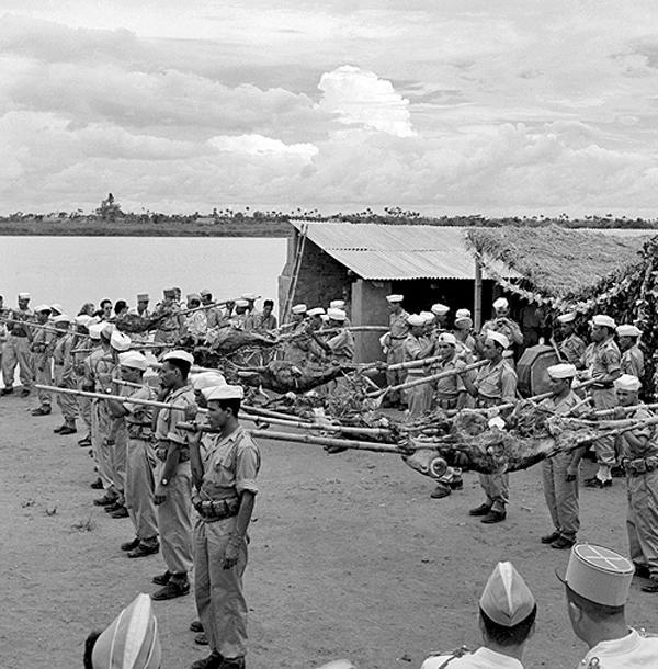 Представление жареных баранов людьми 22 бат алж стрелков Тонкин 1951.jpg