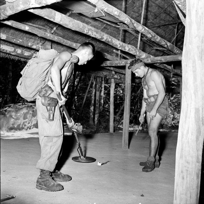 2 два вьетнамских парашютиста из батальона BPVN ищут тайники с оружием апр 1952 Поль Коркюф.jpg
