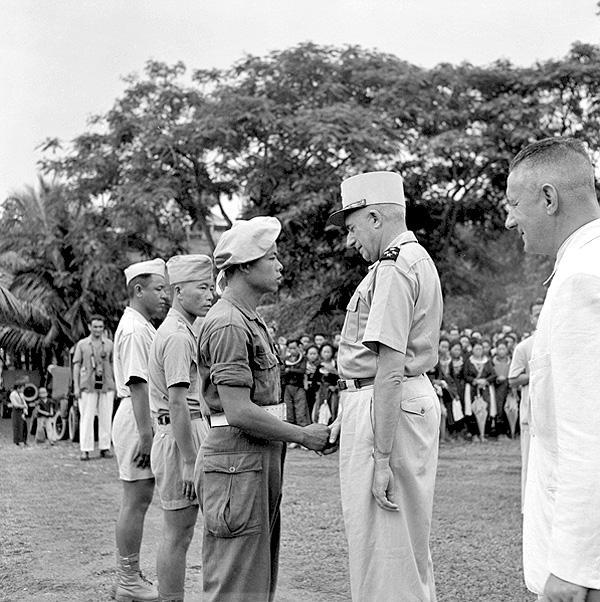 Генерал de Linares поздравляет стрелков 1954.jpg