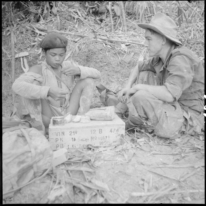 Легионер Иоганн Вессель ест вместе с солдатом из тайских вспом войск служащим связным окт 1951.jpg