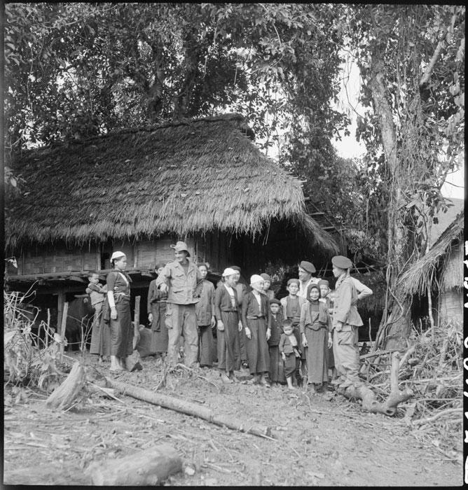 Солдат из племени мюонг представляет свою семью фр товарищам дек 1951 Франсис Жореги.jpg