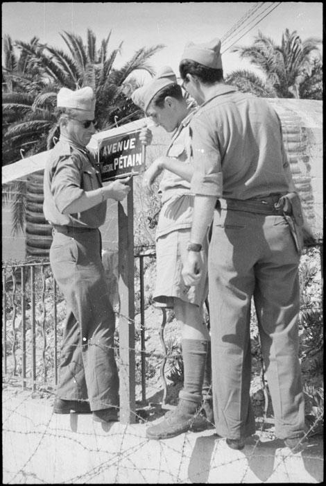 Сен Тропре Солдаты снимают табл с Петенов авг 1944 Белен02_TERRE-274-L6201.jpg