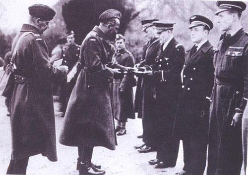 полк сосабовский выдает значки 1942.jpg