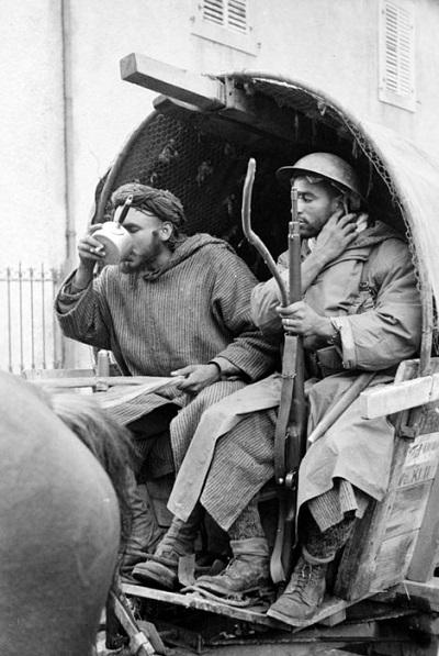 Гумье в повозке захв у немцев сент окт 1944 Жак Белен.jpg