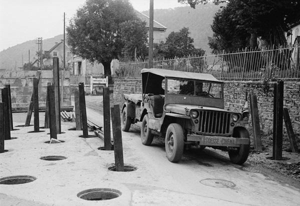 Джип арм кинослужбы и антитанк укр сент окт 1944 Жак Белен.jpg