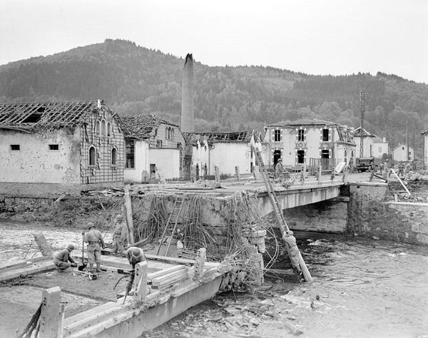 Инж войска ремонтируют мост вз 4 окт 1944 Жак Белен.jpg