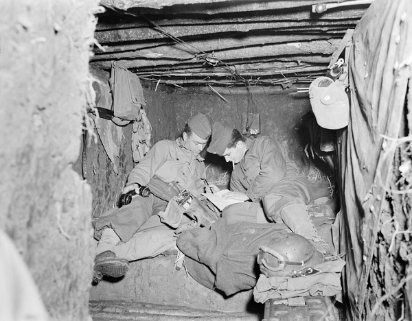 Лейтенант 3 полка марок спаги у телефона сент окт 1944 Жак белен.jpg