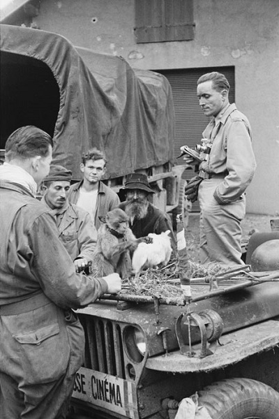 Обезьяна 3 полка алж стр и собака кинематографистов сент окт 1944 Жак Белен6.jpg