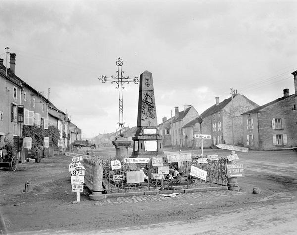 Памятник павшим и амер указатели сент окт 1944 Жак Белен.jpg