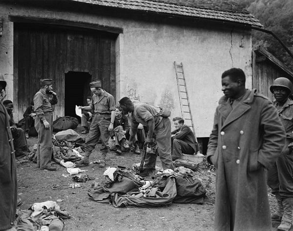 Партизаны переодеваются в форму 3 полка сен стр сент окт 1944 Жак Белен.jpg