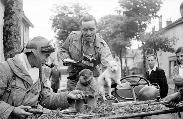 Фотограф Роллан Ленна с любимцем солдат сент окт 1944 Жак Белен.jpg