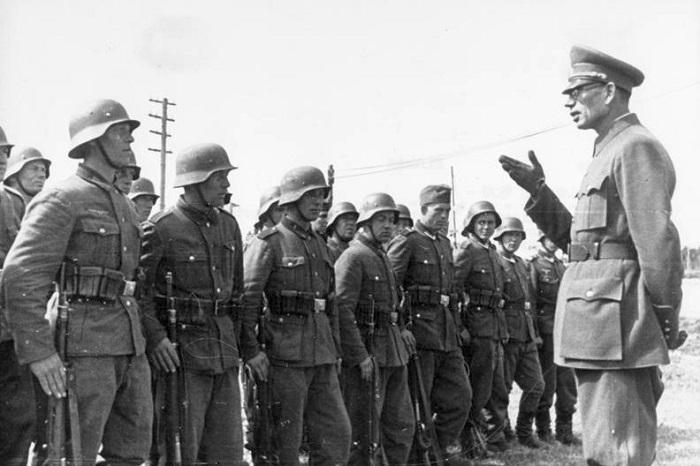 Bundesarchiv_Bild_183-N0301-503,_General_Wlassow_mit_Soldaten_der_ROA.jpg