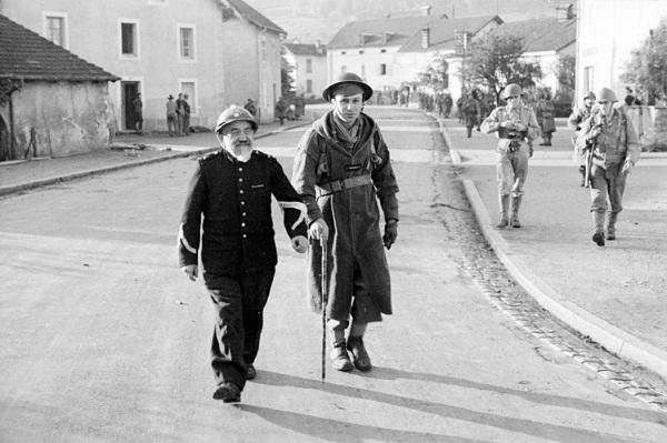 Солдат 3 марок табьора и местный из Сульксюр сюр Мазелотт сент окт 1944 Жак белен.jpg
