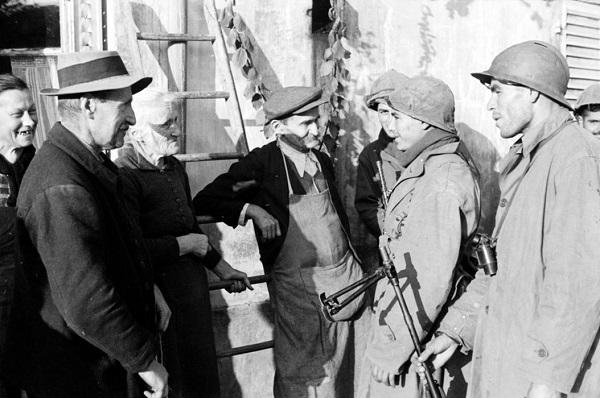 Солдаты 3 полк алж стр с  обитателями сульксюр сюр Мазелотт сент окт 1944 Жак Белен.jpg