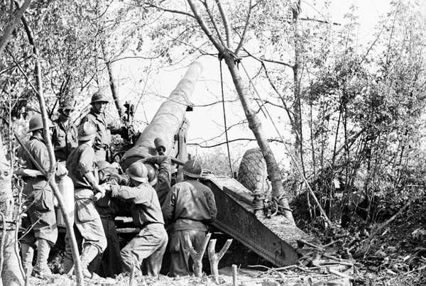 Установка 155 мм орудия сент окт 1944 Жак белен.jpg