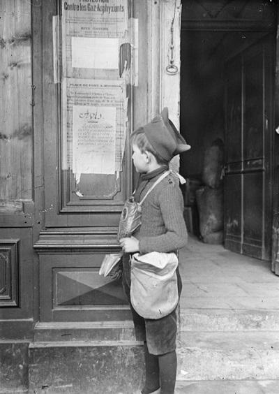 Мальчик читает объявляение март 1916 Жак Ажье.jpg