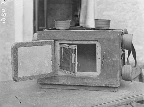 Немецкая клетка для голубей с защитой от газа Сент 1918 Эммануэль Мас.jpg