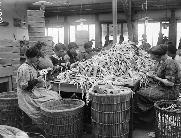 Работница на заводе Пате в Венсене апр 1916 А Моро.jpg