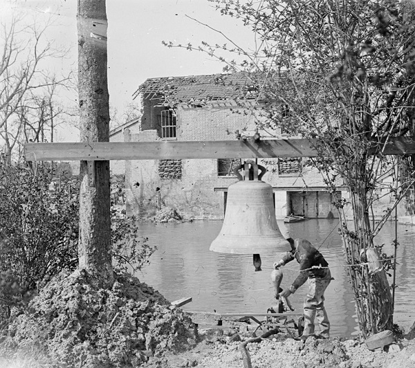 Церковный колокол прев в сигнал тревоги май 1917 Пьер Пансье.jpg