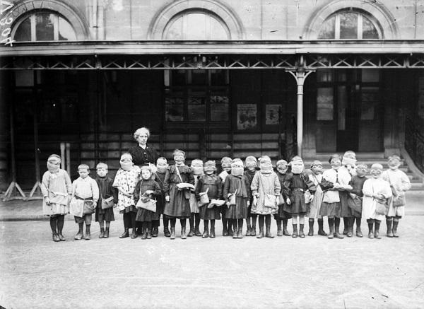 Школьники в Реймсе янв 1916 Анри Биловски.jpg