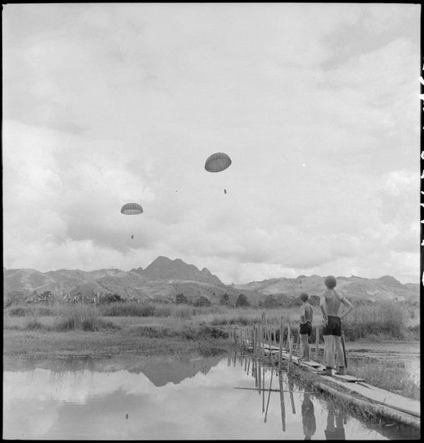 легионеры набл за высадкой с пар 14 19 нояб 1951 Ги Дефив или Франсис Жореги.jpg
