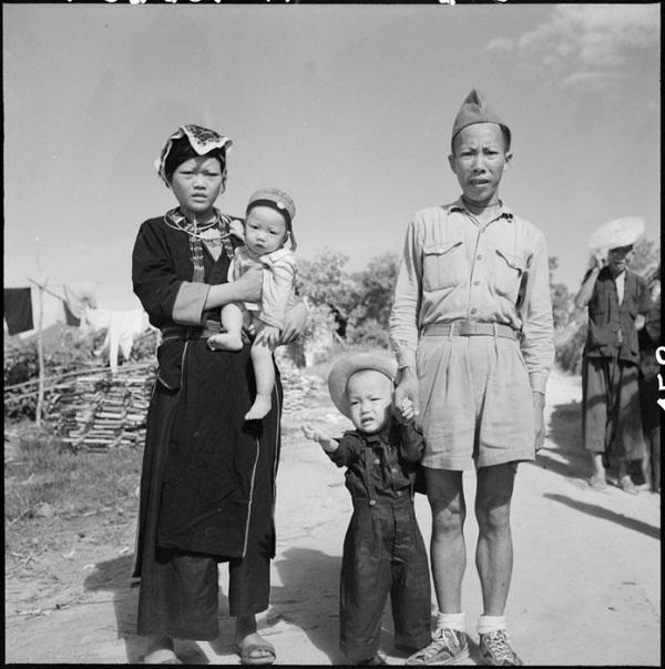 Партизан или вьет солдат с семьей тонкин авг 1951 Жерар Пи.jpg