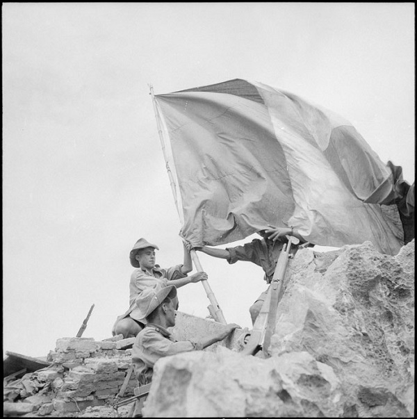 установка фр знамен на утесе в Нин Бинхе 30 мая 1951 Жорж Лирон Ги  Дефив .jpg