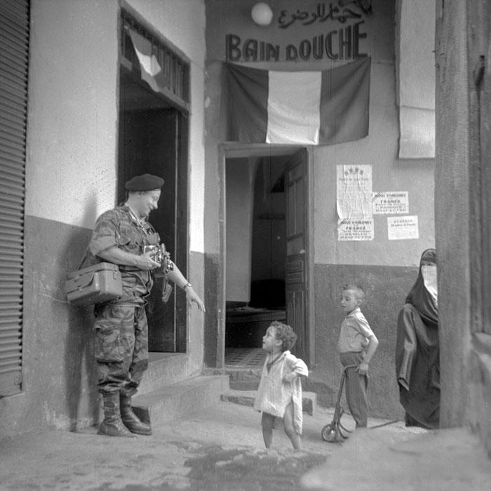Мишаловски и дети инт фотоаппаратом мюнь 1958.jpg