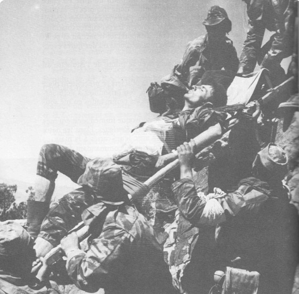 Вандер переносит командира Жанина 6 апр 1960 фламан.jpg
