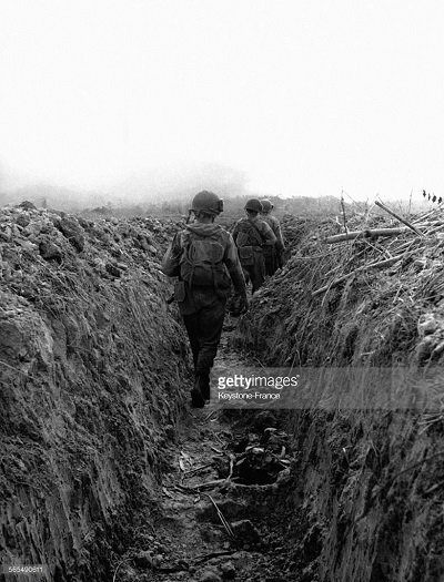 солдаты в траншнн 25 мартя 1954.jpg