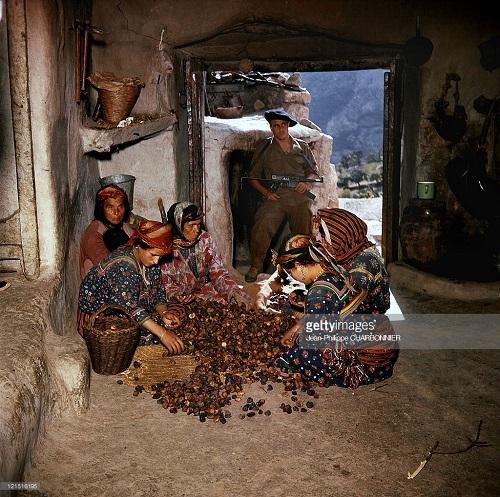 Проверка дуара в Кабилии 1957 Жан Филипп Шарбюонье.jpg