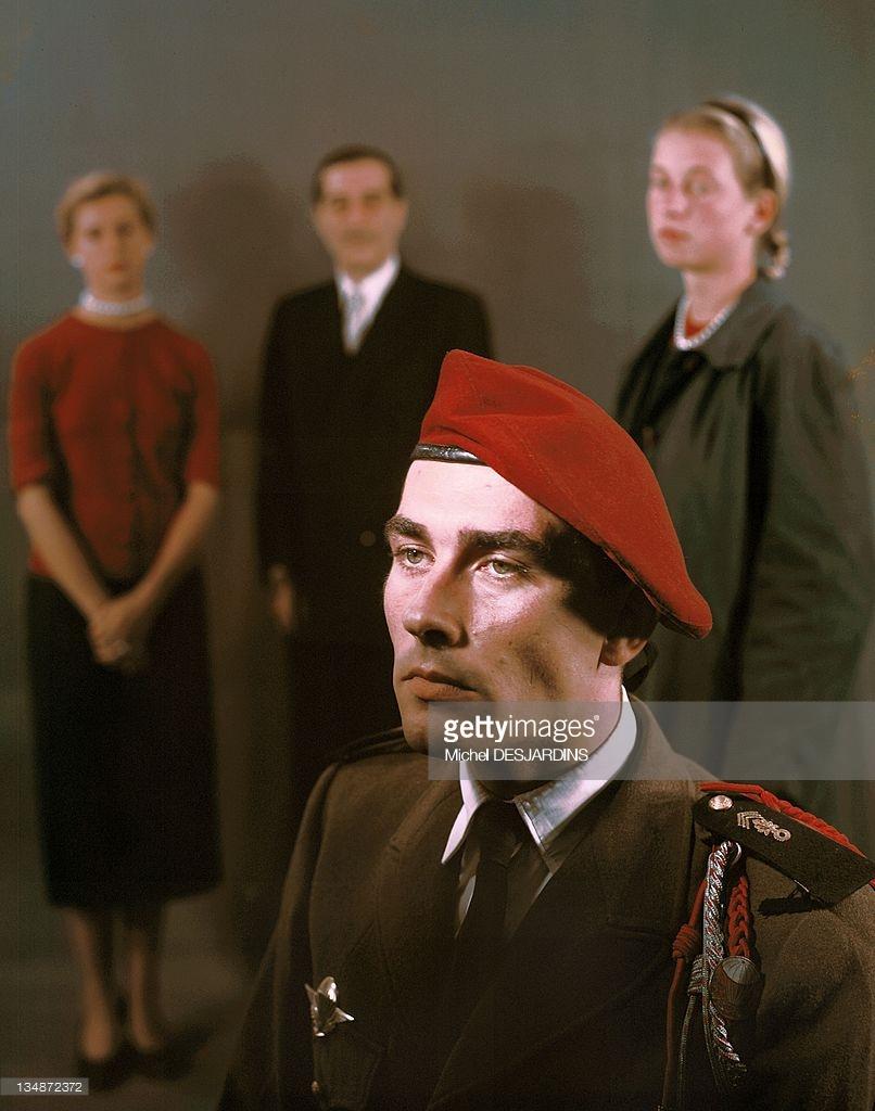 Солдат с семьей 1956 Дежарден.jpg