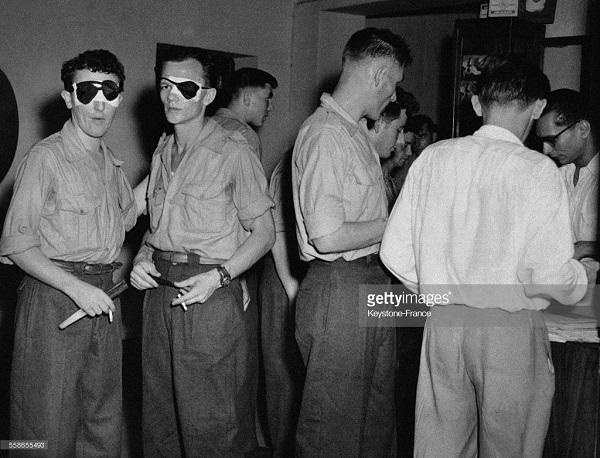 Раненые из ДБФ в аэропорту Сайгона ждут отправки во Фр 22 июня 1954.jpg