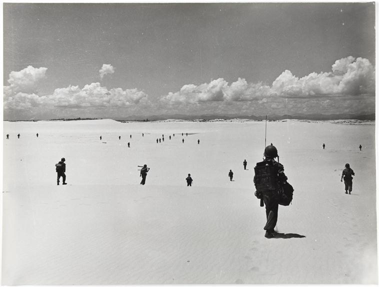 парашютисты идут по песку оп Камарг 28 июля 1953 П Коркюфф.jpg