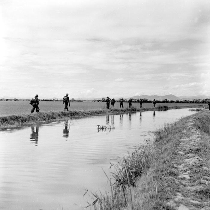 Солдаты идут вдоль канала июль 1953 Коркюфф.jpg