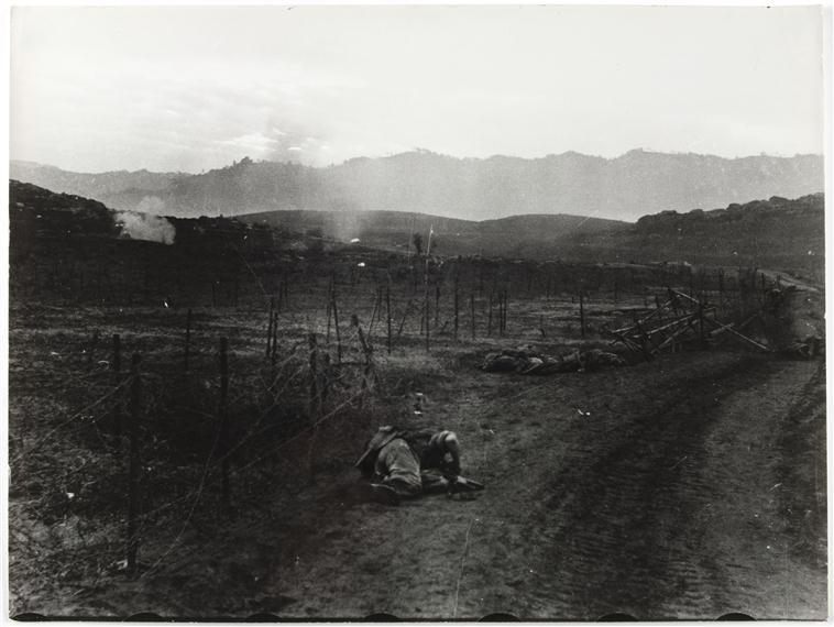 Вражеская артиллерия утюжит долину люди ложатся на землю 25 марта 1954 Камю Перо Муз арм.jpg