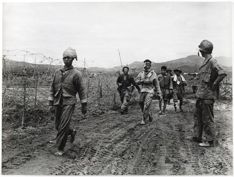 Вьетнамские пленные прибывают на опорный пункт март 1954 Камю Перо.jpg