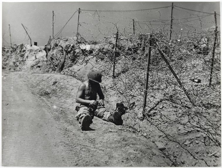 Монтажник ликвидирует ущерб после артабстрела март 1954 Перо.jpg