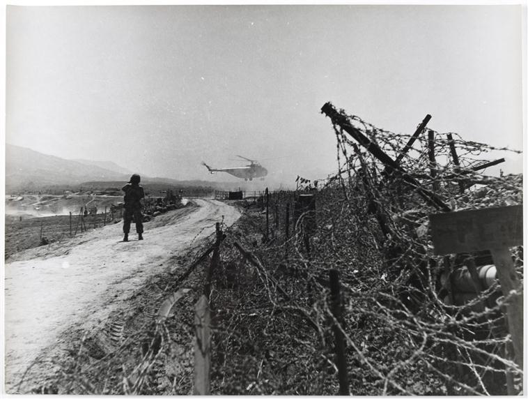 от одной траншеи до другой между двумя залпами март 1954 Камю Перо.jpg