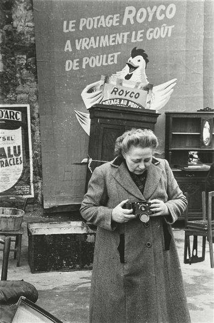 Женщина с фотоап 1953.jpg