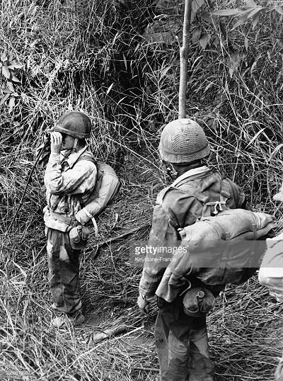 Бой в джунглях осмотр местности  фев 1954.jpg